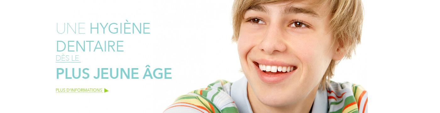 Image d'un adolescent qui souri avec le slogant une hygiène dentaire dès le plus jeune âge